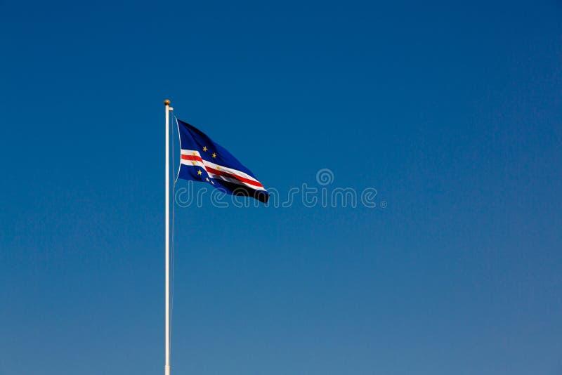 Flaga przylądka Verde wyspy macha w wiatrze przeciw niebieskiemu niebu obraz royalty free