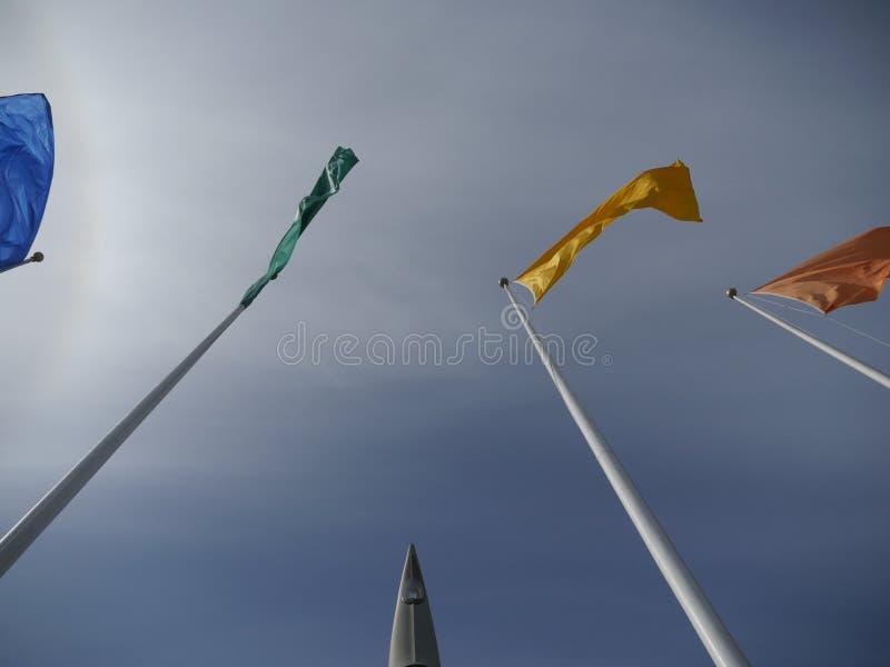 Flaga różni kolory na flagpoles zdjęcie stock