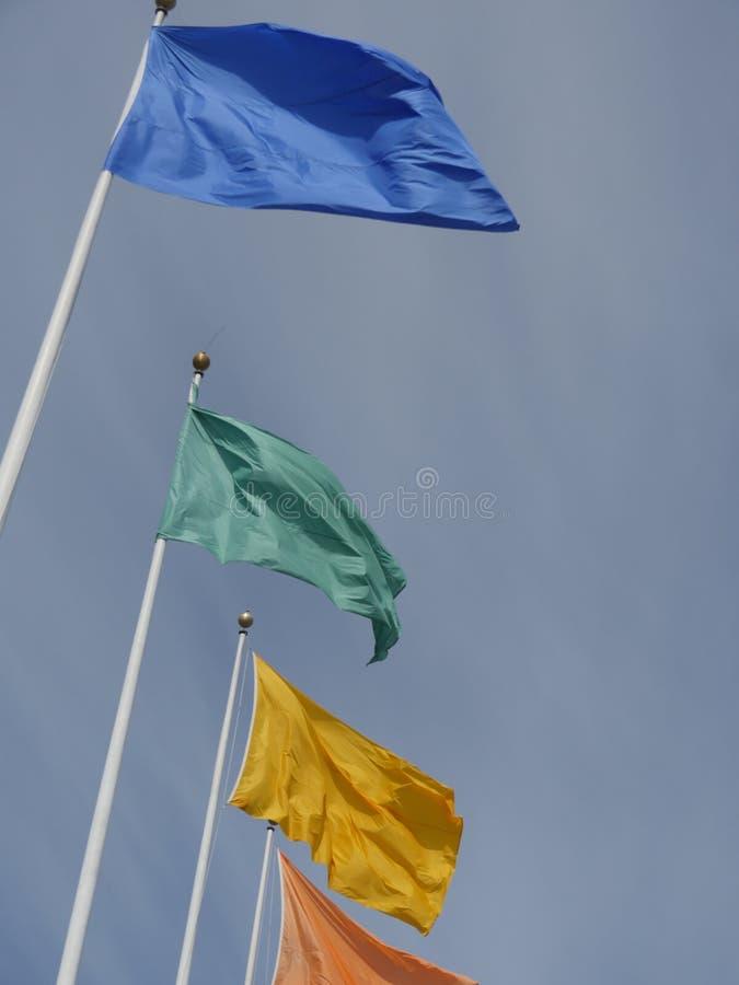 Flaga różni kolory na flagpoles zdjęcie royalty free