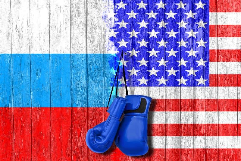 Flaga Rosja i usa malował na drewnianej desce Ręki rywalizacja i rasa zdjęcia royalty free
