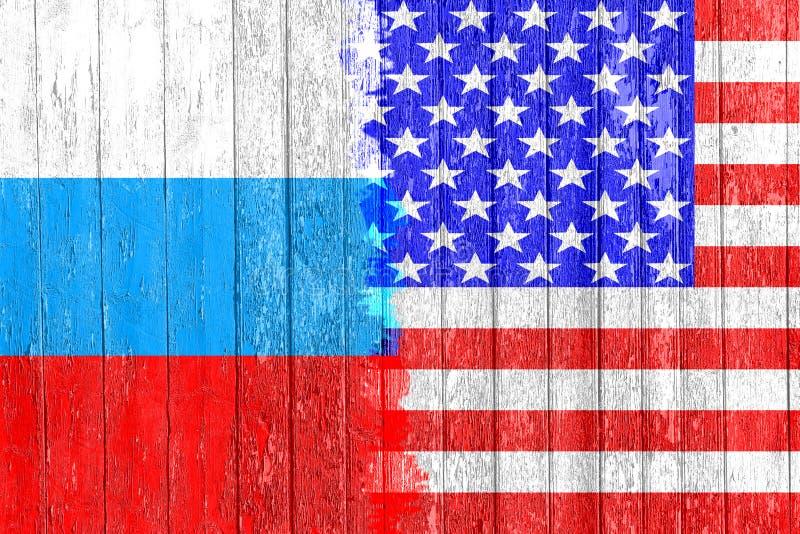 Flaga Rosja i usa malował na drewnianej desce Ręki rywalizacja i rasa obrazy royalty free
