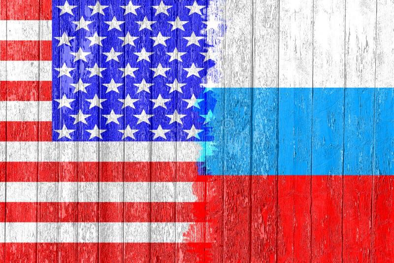 Flaga Rosja i usa malował na drewnianej desce Ręki rywalizacja i rasa fotografia stock