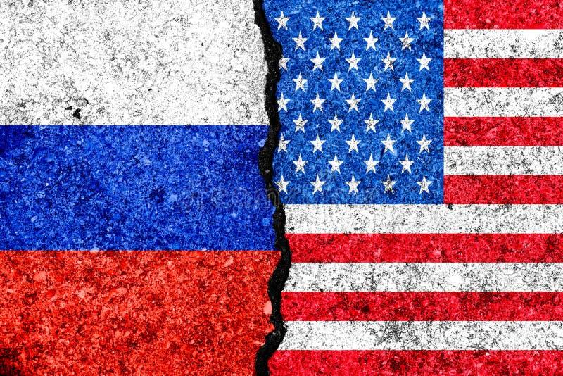Flaga Rosja i usa malujący na krakingowym ściennym tle, Russi/ royalty ilustracja