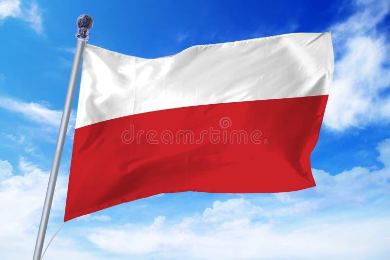 Flaga rozwija przeciw jasnemu niebieskiemu niebu Polska obraz stock