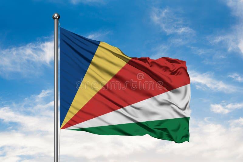 Flaga Seychelles macha w wiatrze przeciw białemu chmurnemu niebieskiemu niebu Seychellois flaga fotografia royalty free