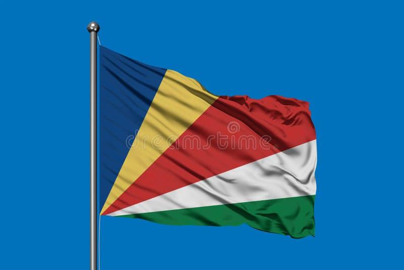 Flaga Seychelles macha w wiatrze przeciw głębokiemu niebieskiemu niebu Seychellois flaga obraz royalty free