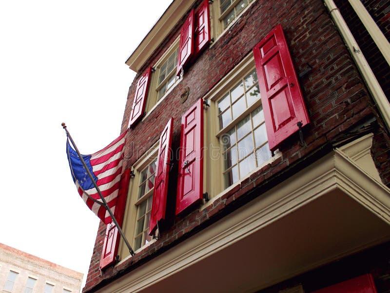 Flaga Stanów Zjednoczonych AmerykiNajstarsza ulica Filadelfii Elfreth`s Alley Ameryka wrzesień 2017 r. obraz stock