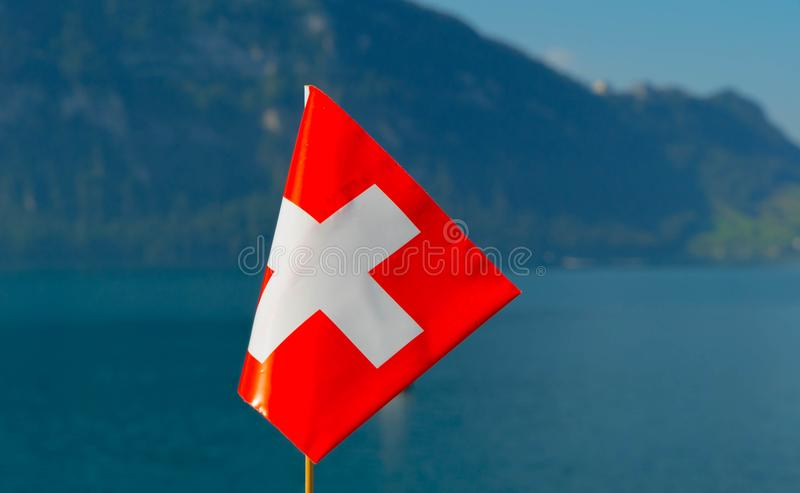 Flaga Szwajcaria przeciw tłu Jeziorna lucerna fotografia royalty free