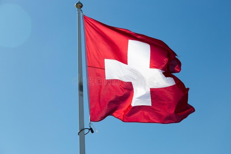 Flaga Szwajcaria z niebieskim niebem obraz stock