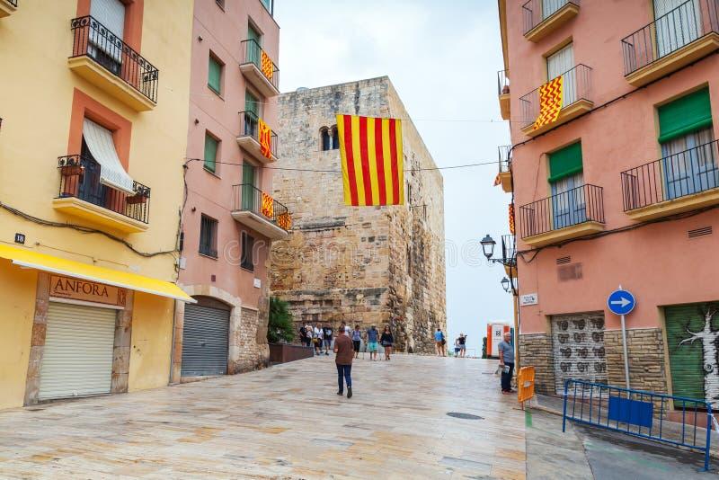 Flaga Tarragona i Catalonia nad ulicą zdjęcia royalty free