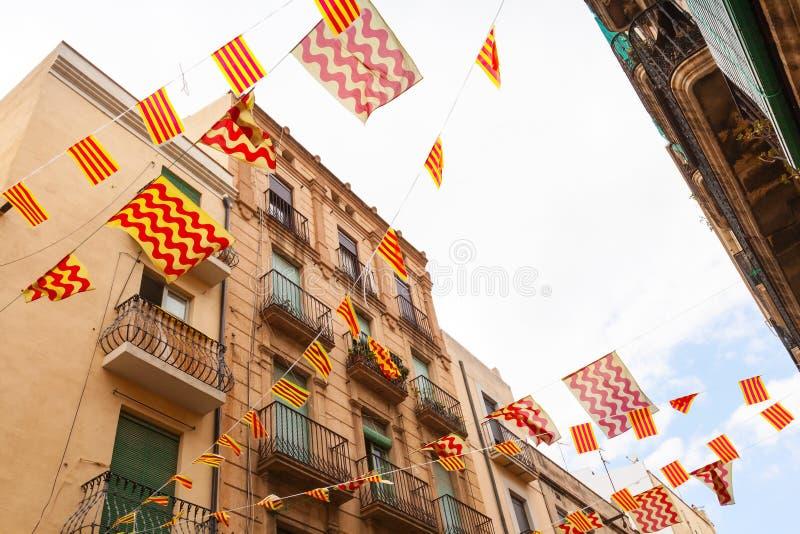 Flaga Tarragona miasto wiesza nad ulicą Catalonia i zdjęcia royalty free
