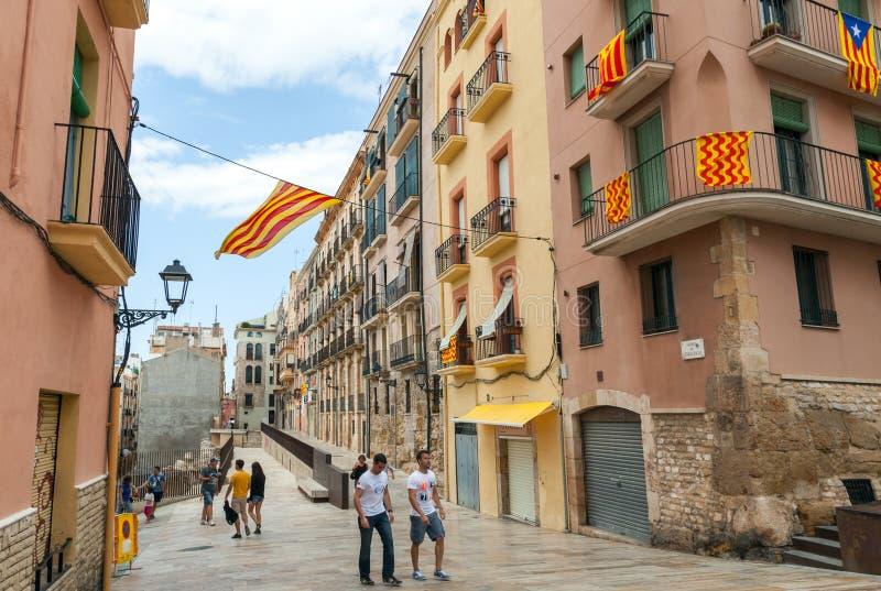 Flaga Tarragona miasto wiesza nad ulicą Catalonia i obraz royalty free