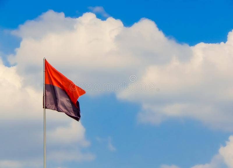 Flaga Ukraiński Popowstańczy wojsko jest czerwonym czernią w chmurach obrazy royalty free