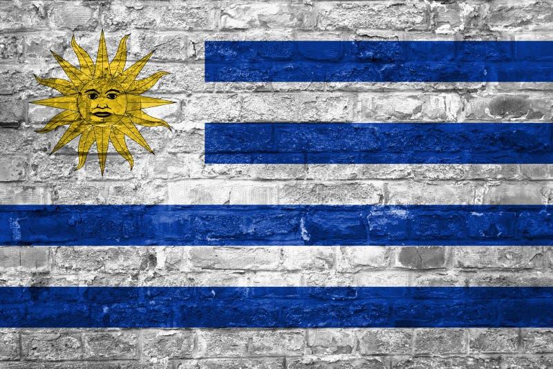Flaga Urugwaj nad starym ściany z cegieł tłem, powierzchnia zdjęcie stock