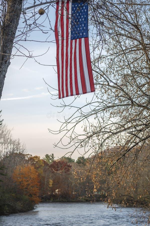 Flaga USA Flutters nad West Canada Creek podczas zachodu słońca w Barveld, Nowy Jork obrazy royalty free