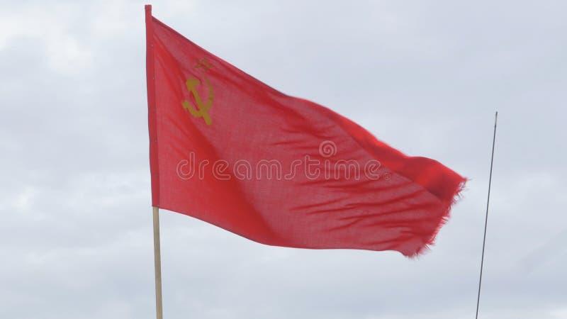Flaga USSR rozwija w wiatrze na flagpole w wietrznym dniu Flaga sowieci - zjednoczenie przeciw niebu fotografia stock