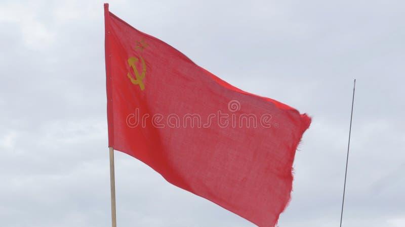 Flaga USSR rozwija w wiatrze na flagpole w wietrznym dniu Flaga sowieci - zjednoczenie przeciw niebu zdjęcie royalty free