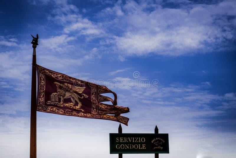 Flaga Wenecja, główny symbol Wenecja - złoty oskrzydlony lew ewangelista Mark obrazy royalty free