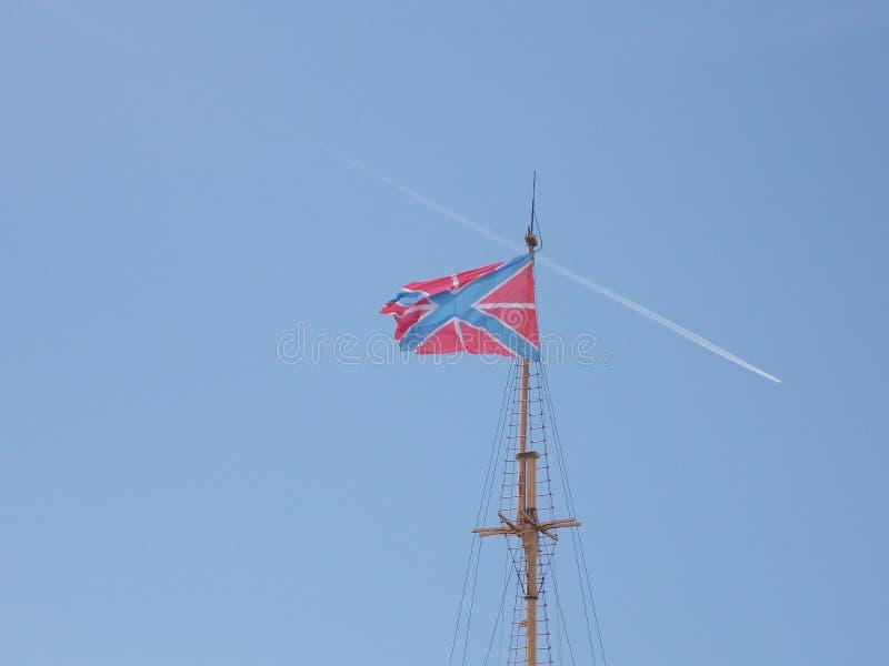 Flagga över den Peter och Paul fästningen royaltyfri fotografi