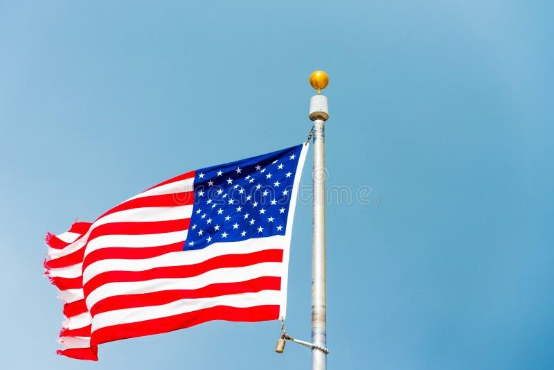 Flagga av Amerikas förenta stater mot en molnig himmel, Miami, Florida, USA Kopiera utrymme för text royaltyfri fotografi