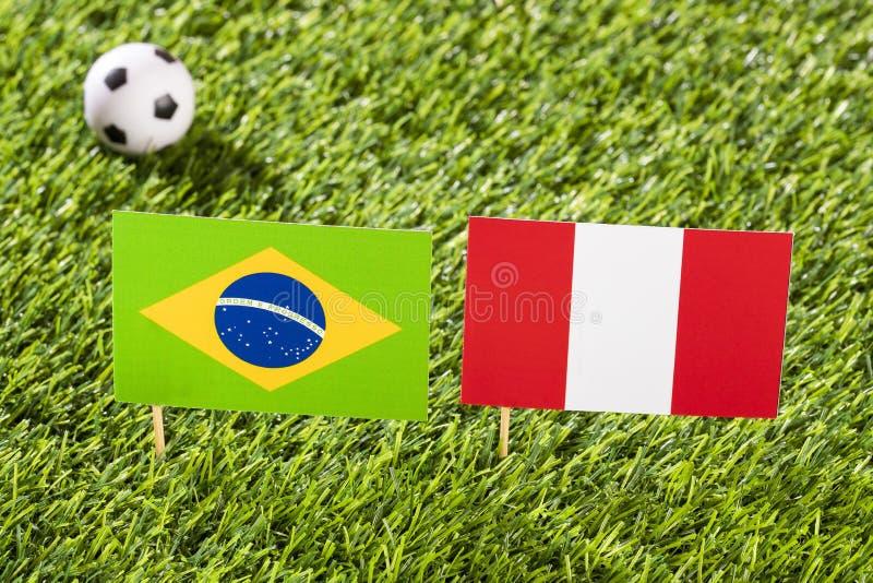 Flagga av Brasilien och Peru på fotbollsarenan - conmebol Brasilien för Copa América fotbollturnering vektor illustrationer