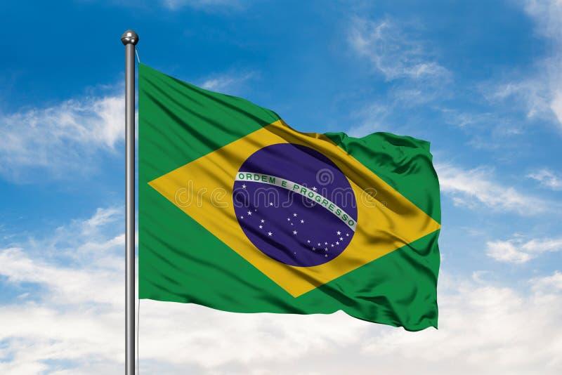Flagga av Brasilien som vinkar i vinden mot vit molnig blå himmel brasiliansk flagga arkivbilder