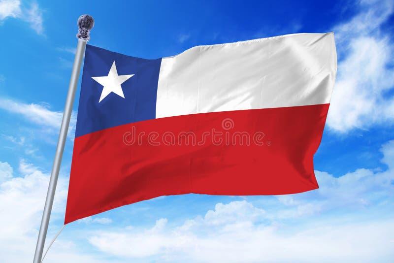 Flagga av Chile som framkallar mot en klar blå himmel royaltyfri bild