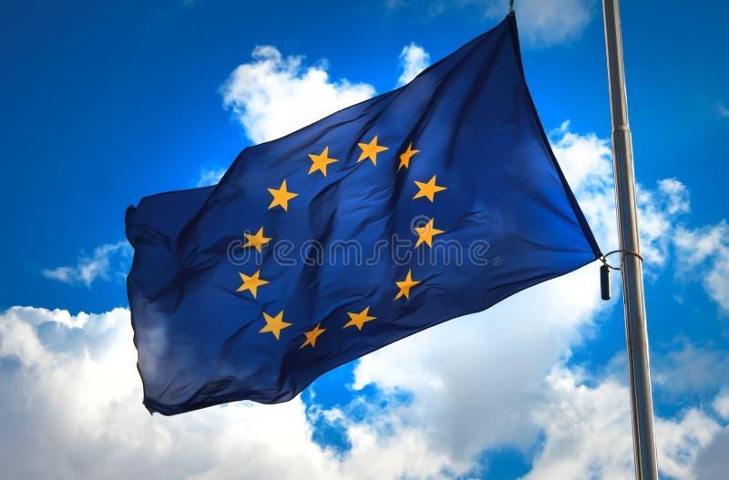 Flagga av den europeiska unionen mot en blå molnig himmel arkivbilder