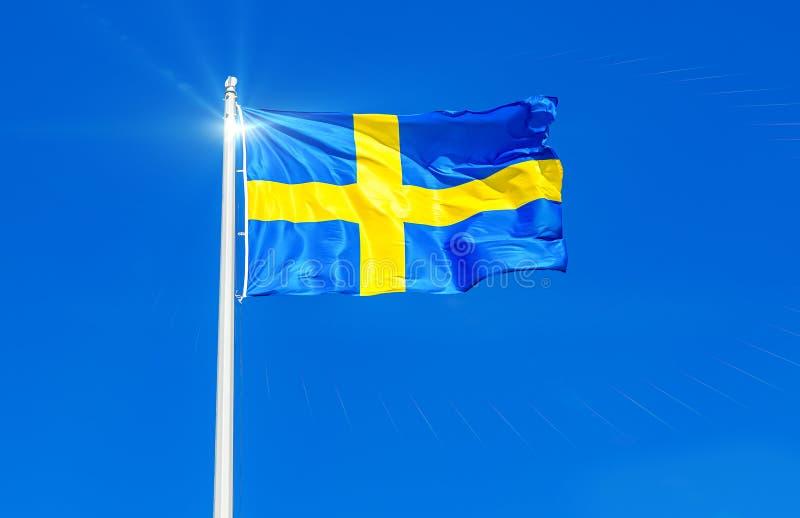 Flagga av det Sverige flyget i vinden mot himlen arkivbild