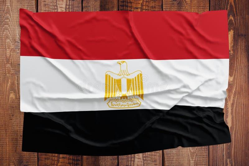 Flagga av Egypten p? en tr?tabellbakgrund B?sta sikt f?r rynkig egyptisk flagga fotografering för bildbyråer