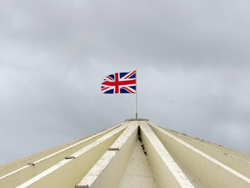 Flagga av England som svävar på ett byggnadstak i southport royaltyfri bild