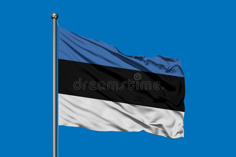 Flagga av Estland som vinkar i vinden mot djupblå himmel estonian flagga arkivbilder