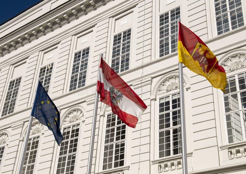 Flagga av Europa, flagga av Österrike och oidentifierad flagga, Hofburg slott, Wien, Österrike arkivbild