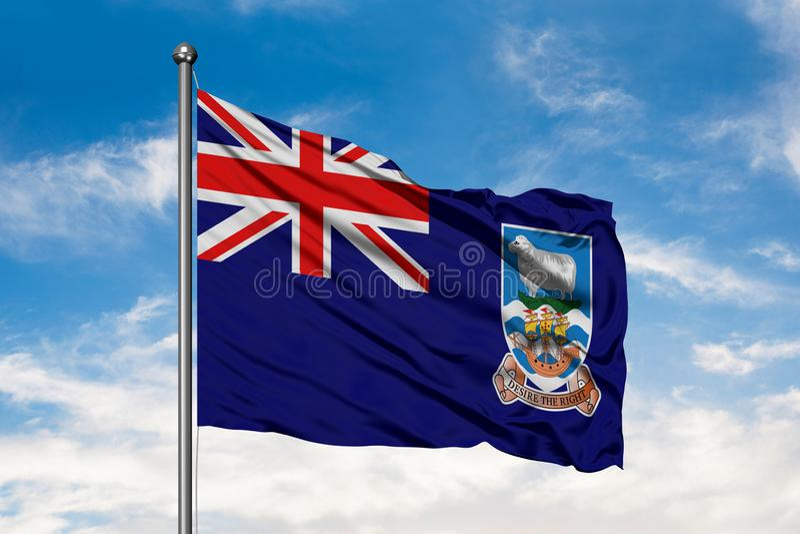 Flagga av Falkland Islands som vinkar i vinden mot vit molnig blå himmel arkivbild