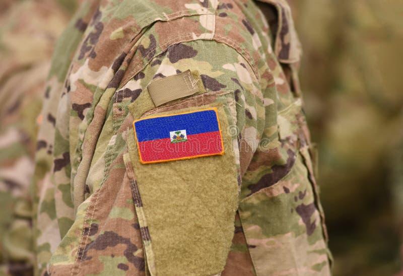 Flagga av Haiti på soldatarmen Flagga av Haiti på militära likformig arkivfoton