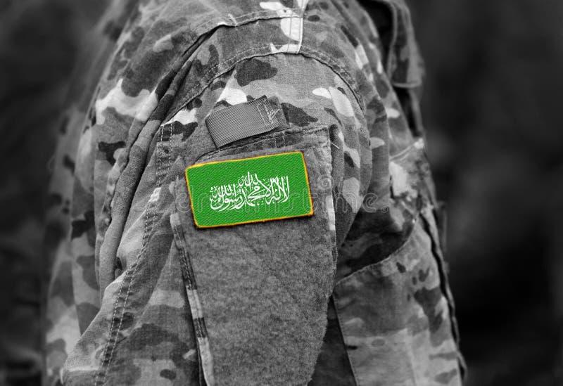 Flagga av Hamas på soldatarmen Flagga av Hamas på den militära likformign arkivfoton
