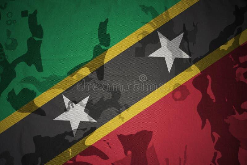 flagga av helgonet kitts och nevis på den kaki- texturen gevär s för green m4a1 för flaggan för begreppet för closen för armoranf royaltyfri illustrationer