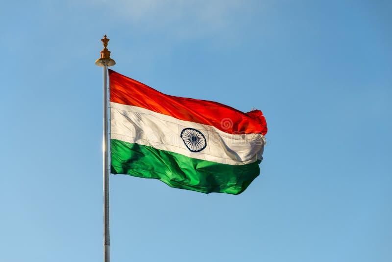 Flagga av Indien som fladdrar på vind arkivfoton