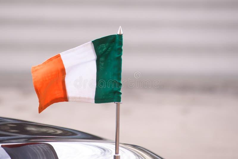 Flagga av Irland som hängs på bilen arkivfoton