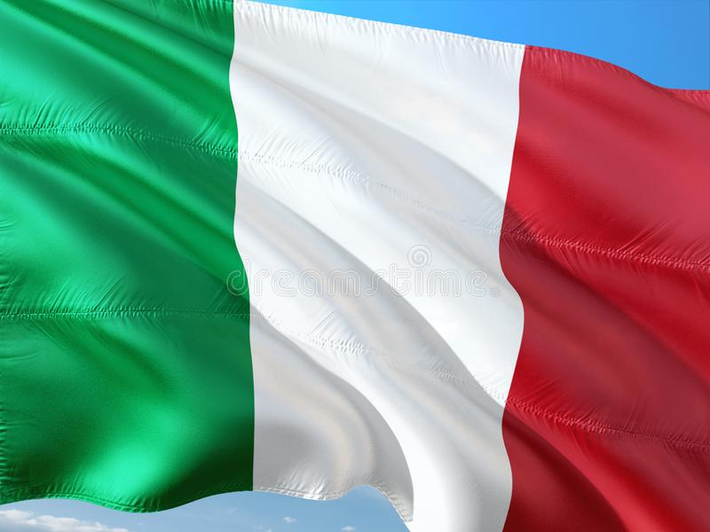 Flagga av Italien som vinkar i vinden mot djupbl? himmel H?gkvalitativt tyg arkivbild