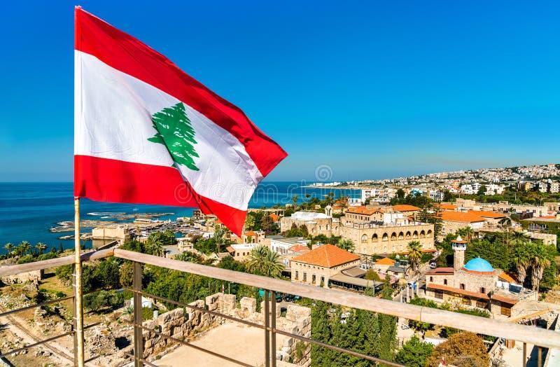 Flagga av Libanon på den Byblos slotten arkivbild