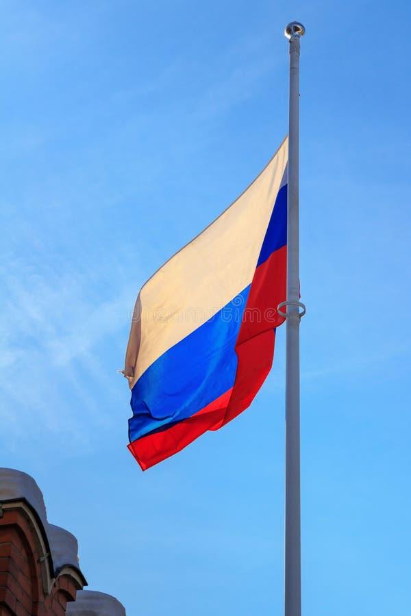 Flagga av rysk federation på bakgrunden för blå himmel flags den blåa flaggan för bakgrund våg för den ramguldrussia vektorn arkivfoton