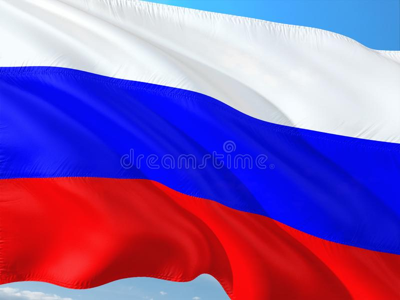 Flagga av Ryssland som vinkar i vinden mot djupbl? himmel H?gkvalitativt tyg royaltyfria foton