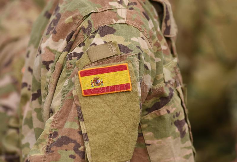 Flagga av Spanien på soldatarmcollage royaltyfri bild