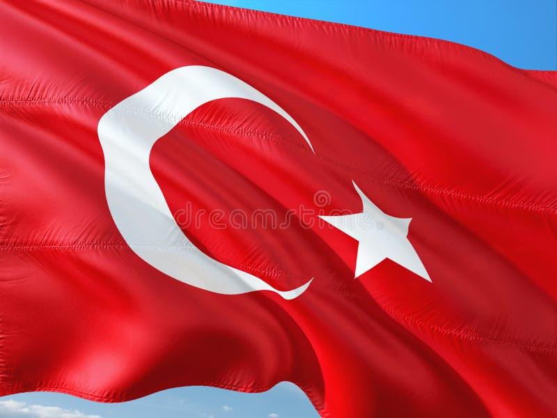 Flagga av Turkiet som vinkar i vinden mot djupbl? himmel H?gkvalitativt tyg arkivfoton