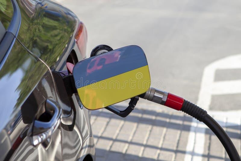 Flagga av Ukraina på klaffen för utfyllnadsgods för bränsle för bil` s royaltyfri bild