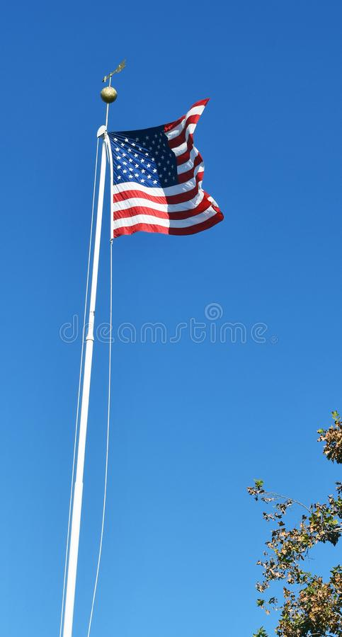 Flagga av USA flaggapolen som vinkar i vinden arkivbild