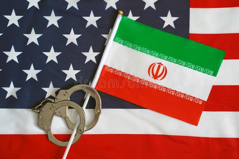 Flagga av USA och Iran handbojor sanktioner royaltyfri fotografi