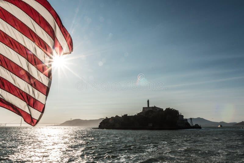 Flagga för Alcatraz sikt vith av Amerika royaltyfri foto
