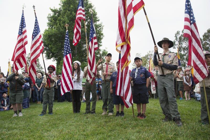 Flagga för Boyscouts skärmUSA på den högtidliga Memorial Day händelsen 2014, Los Angeles nationell kyrkogård, Kalifornien, USA arkivfoton